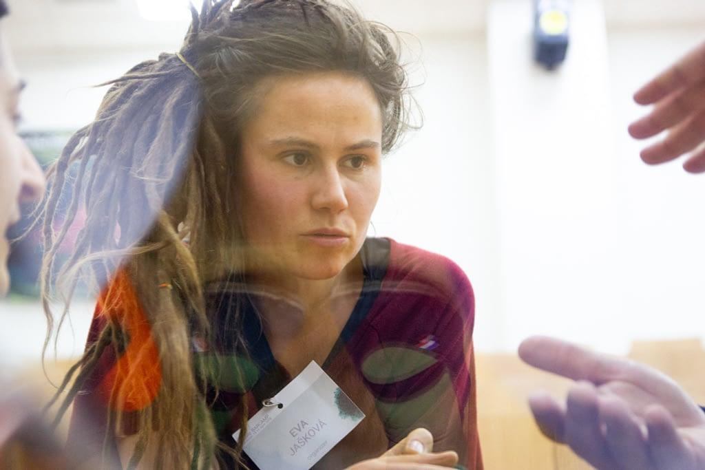 Девушка за стеклом участвует в обсуждении