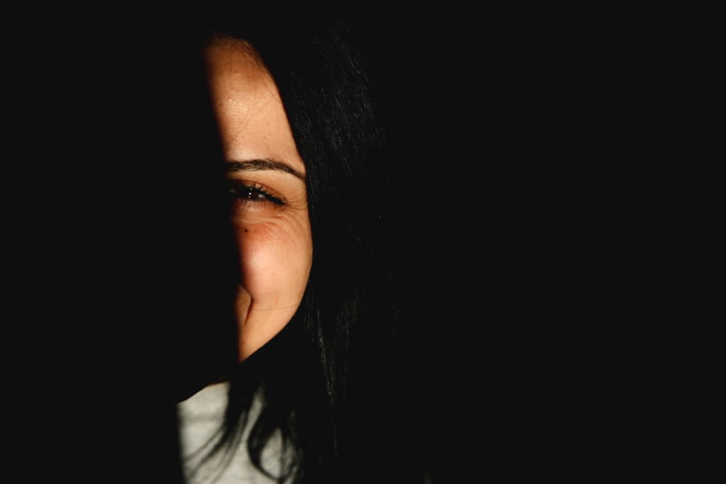 Девушка улыбается в темноте