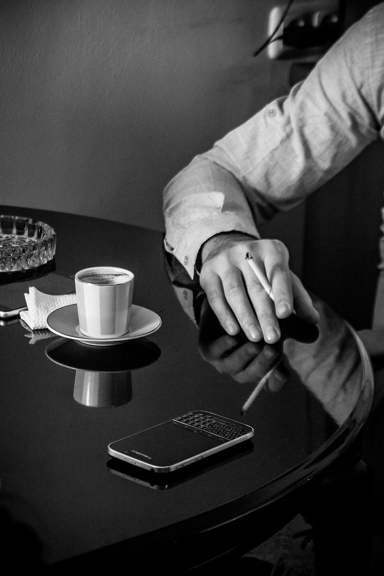 Рука Ашота с сигаретой