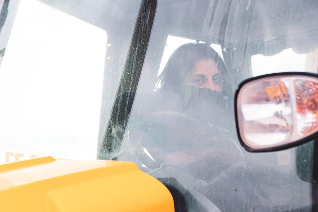 Девушка за рулём экскаватора