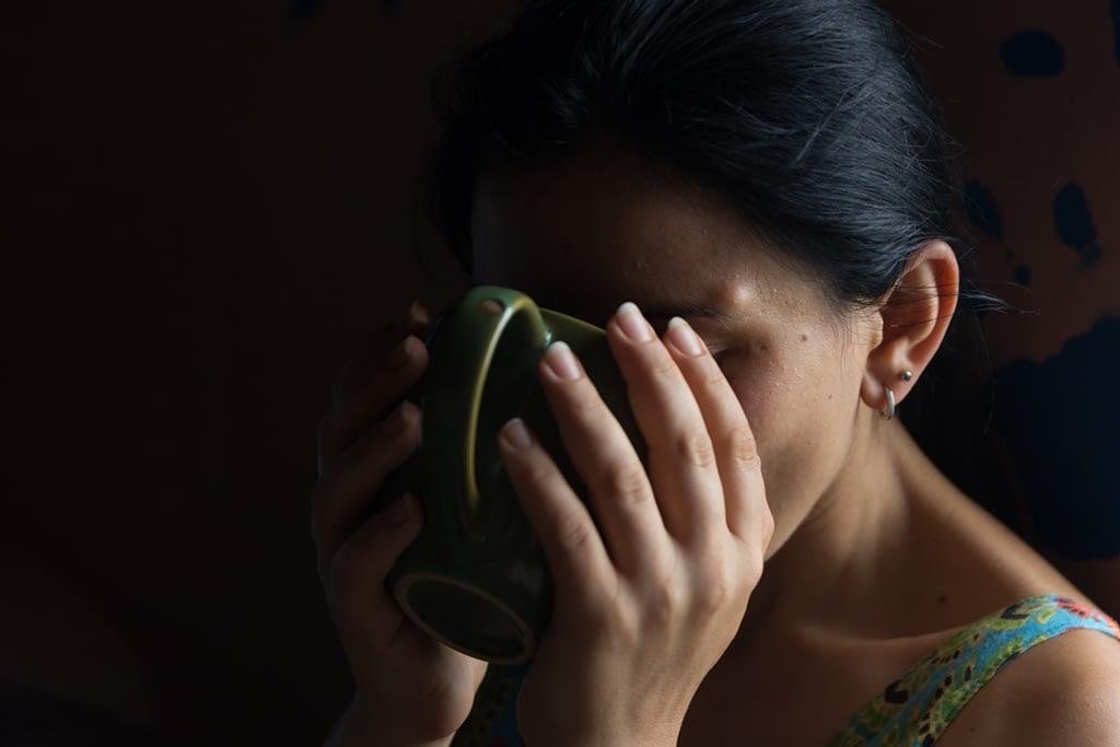 Девушка пьёт чай из большой кружки