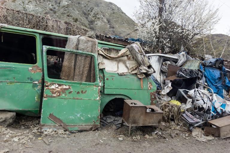 Разбитый кузов машины, дом для бездомных